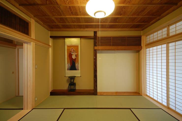 木薫る夏の教会「全開口と空窓の黙想の家」: M設計工房が手掛けた和室です。,モダン