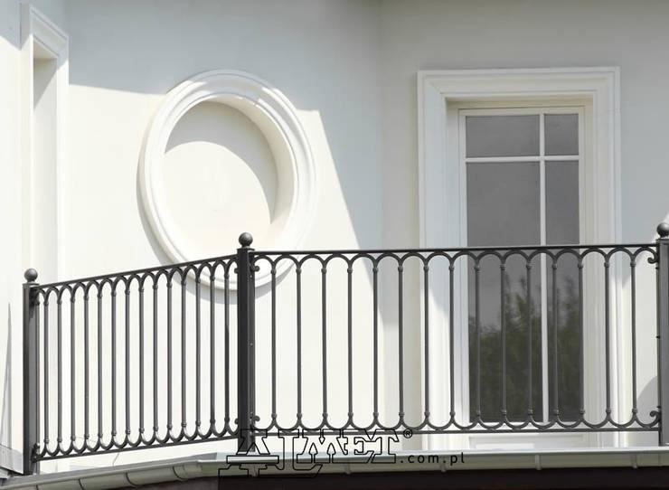 Balcones y terrazas de estilo  por ALMET Kowalstwo Artystyczne