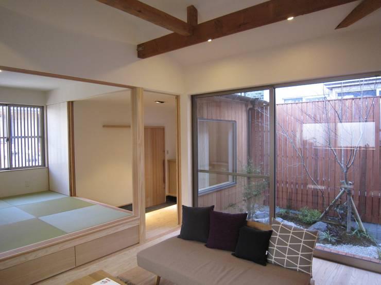 Salas de estar modernas por 有限会社クリエデザイン/CRÉER DESIGN Ltd.