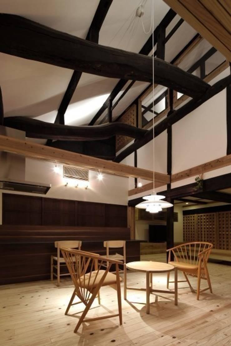 通り土間から食事室・家族室を見る: NEO GEOが手掛けたクラシックです。,クラシック