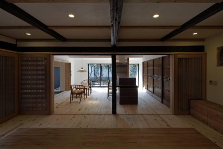 家族室から食事室・台所を見る: NEO GEOが手掛けたクラシックです。,クラシック