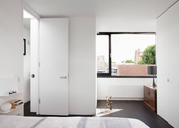 APARTMENT IN AMBERGATE STREET, Kennington, London, 2012: minimalistic Bedroom by Francesco Pierazzi Architects