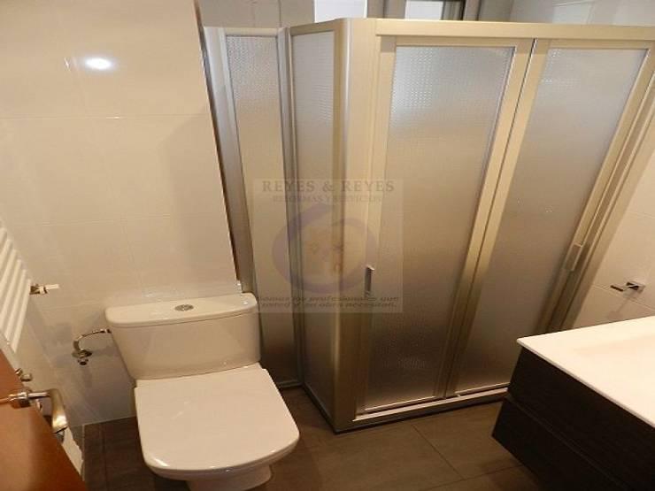 Reformas de baños y aseos : Baños de estilo  de Reyes & Reyes reformas y servicios