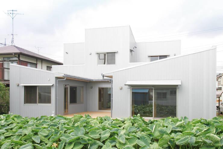 3つのテラスが自然を採り入れる、中庭が景色をつなぐ家: M設計工房が手掛けた家です。