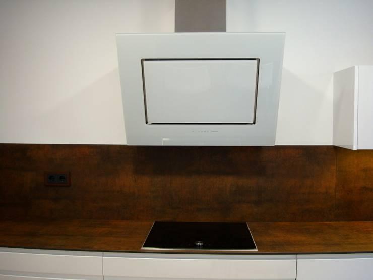 Una cocina de diseño integrada en el salón: Cocinas de estilo  de femcuines, Moderno