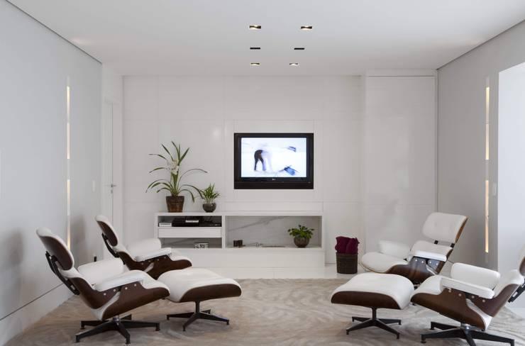 Top House SP: Salas multimídia modernas por Cristina Menezes Arquitetura