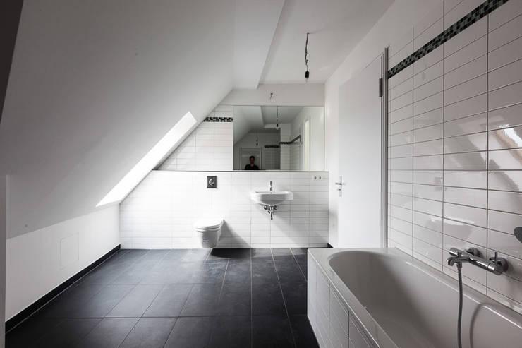 Brandenburgische Straße 46, 10707 Berlin: moderne Badezimmer von Becker + Hofstätter, Projektsteuerung und Controlling GmbH & Co. KG