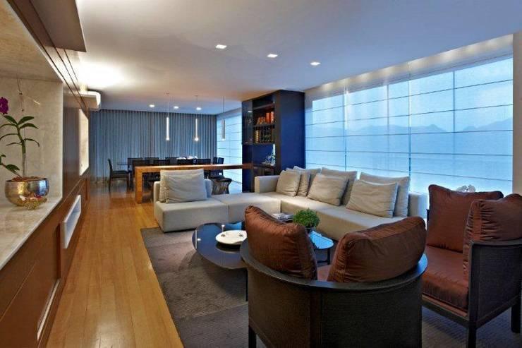 Top House VH: Salas de estar  por Cristina Menezes Arquitetura
