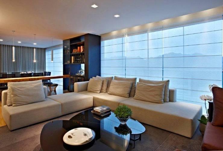 Top House VH: Adegas  por Cristina Menezes Arquitetura