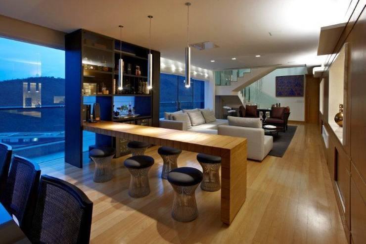 Top House VH: Adega  por Cristina Menezes Arquitetura