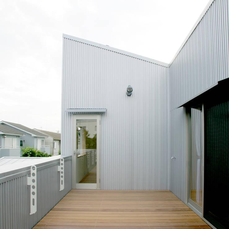 3つのテラスが自然を採り入れる、中庭が景色をつなぐ家: M設計工房が手掛けたテラス・ベランダです。