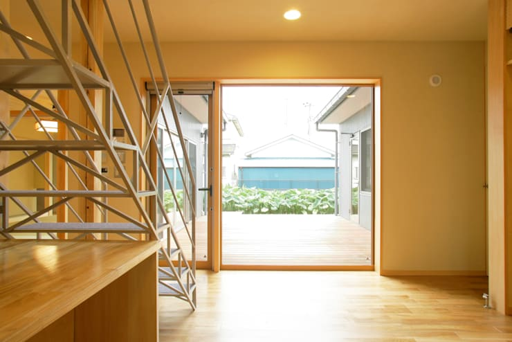 3つのテラスが自然を採り入れる、中庭が景色をつなぐ家: M設計工房が手掛けたリビングです。