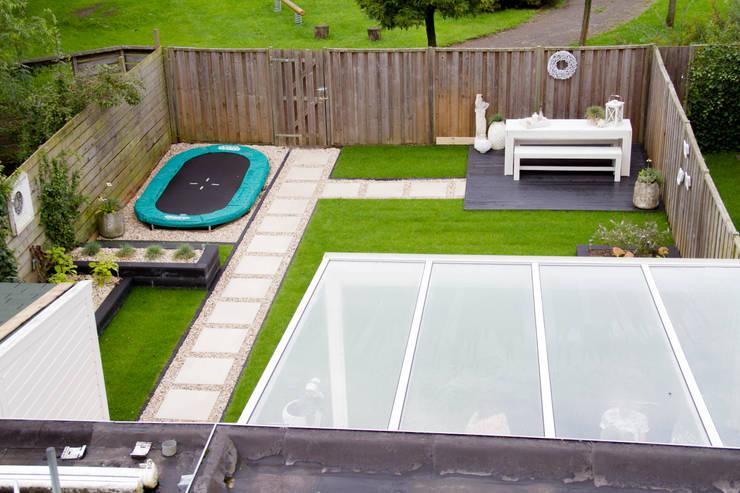 moderne tuin:   door Hoveniersbedrijf de bruin