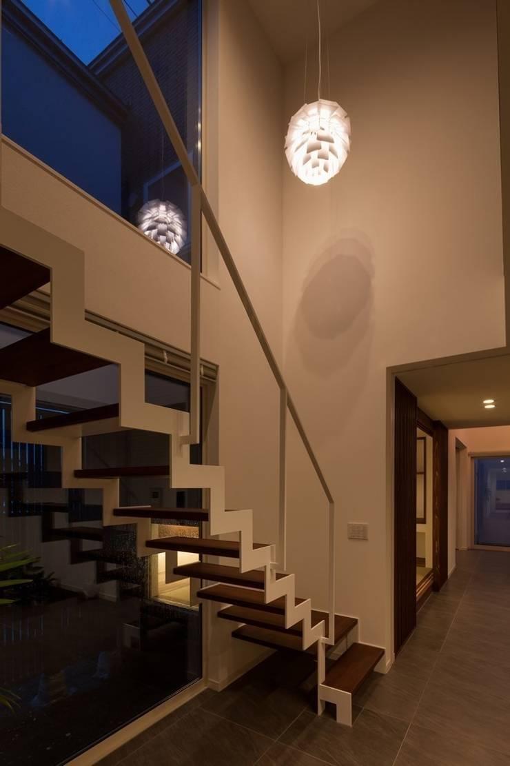 玄関ホール: LITTLE NEST WORKSが手掛けた廊下 & 玄関です。,モダン