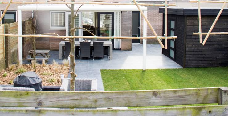 moderne tuin:  Tuin door Hoveniersbedrijf de bruin, Modern