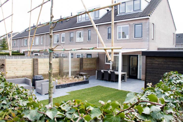 moderne tuin: moderne Tuin door Hoveniersbedrijf de bruin