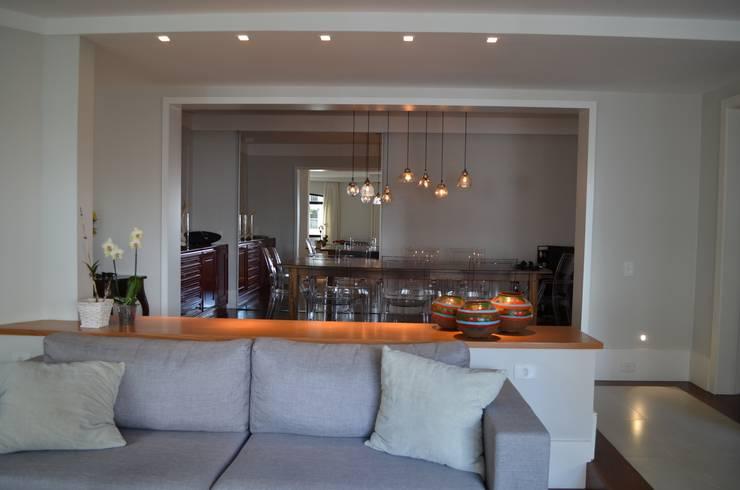 Salas: Salas de estar  por Compondo Arquitetura,Moderno