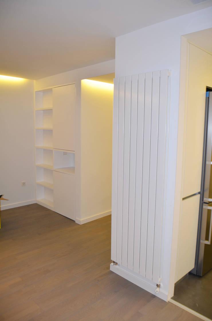REFORMA PISO DE 82 m2: Paredes de estilo  de KALEIDOSCOPE Gestión Integral de Proyectos, Minimalista
