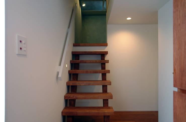 玄関からピアノホールへの階段: BANKnoteが手掛けた廊下 & 玄関です。