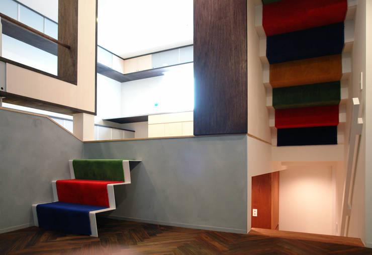 ピアノホールから左上にダイニングキッチン、右下に玄関: BANKnoteが手掛けた廊下 & 玄関です。