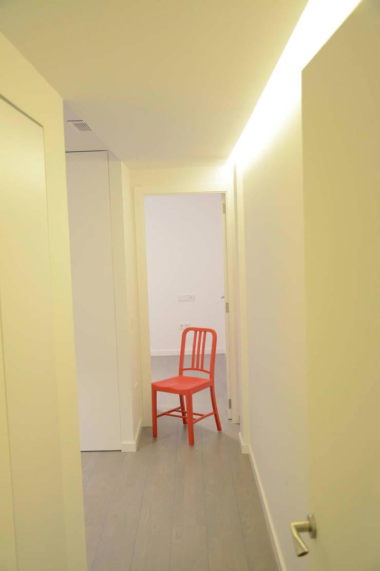 REFORMA PISO DE 82 m2: Pasillos y vestíbulos de estilo  de KALEIDOSCOPE Gestión Integral de Proyectos, Minimalista