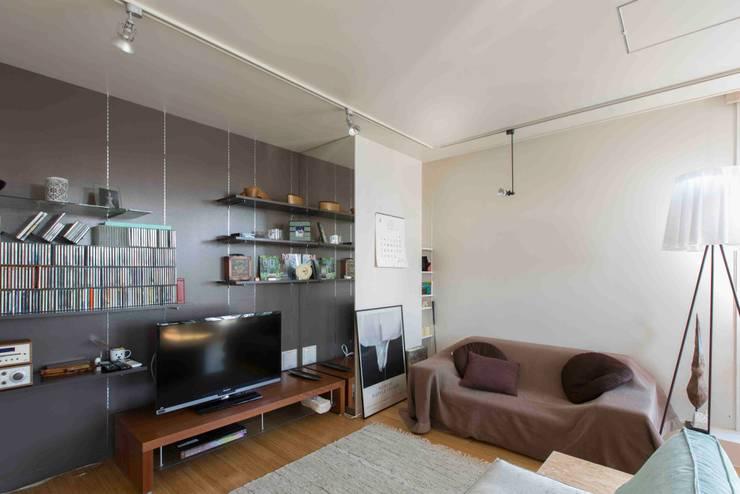 Living room by ティー・ケー・ワークショップ一級建築士事務所