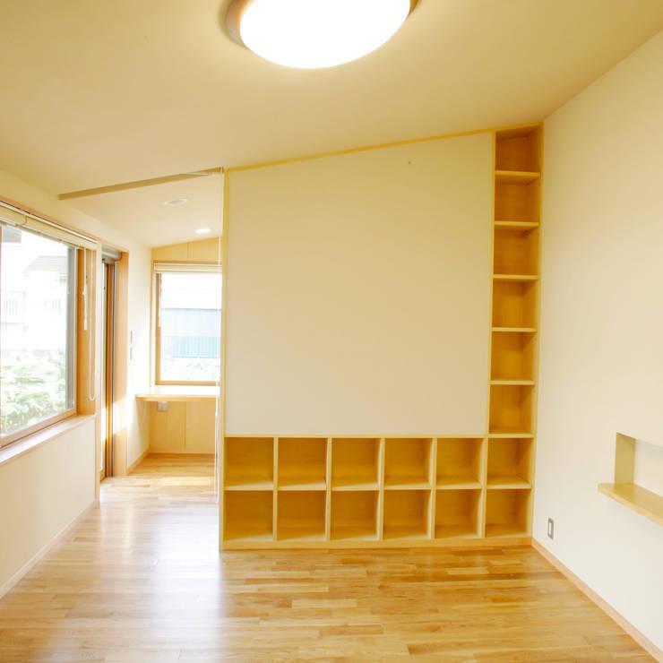 3つのテラスが自然を採り入れる、中庭が景色をつなぐ家: M設計工房が手掛けた寝室です。