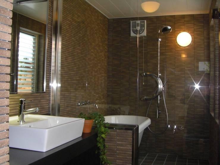 ひかりとかぜが通り抜ける空間: 羽鳥建築設計室が手掛けた浴室です。