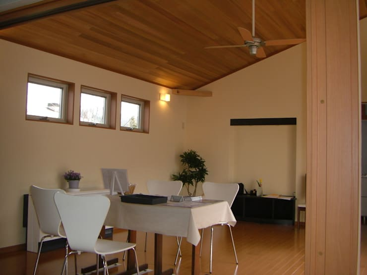 ひかりとかぜが通り抜ける空間: 羽鳥建築設計室が手掛けたリビングです。
