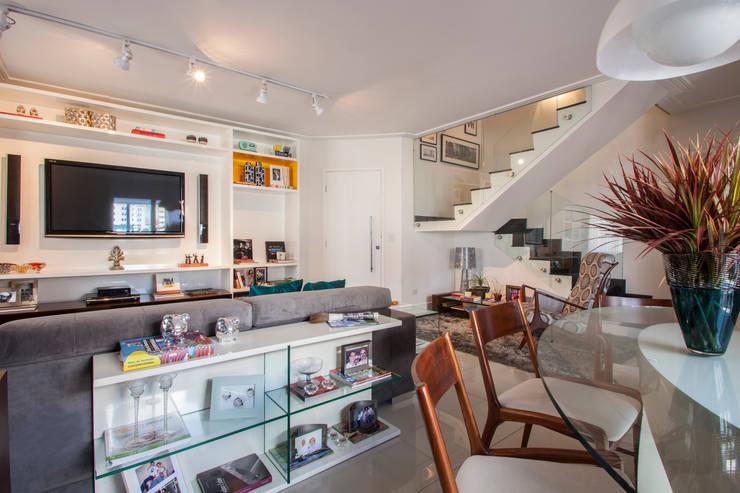 Cobertura Perdizes: Salas de estar  por Biarari e Rodrigues Arquitetura e Interiores,