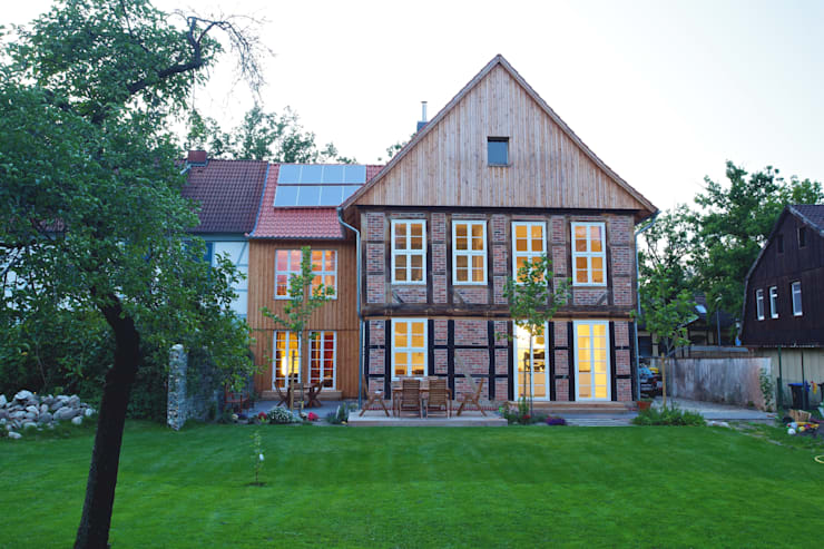 Umbau und Sanierung eines denkmalgeschützten Fachwerkhauses / Barock und Gegenwart:  Häuser von Bussemas Architekten