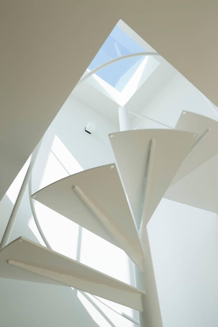 sha-la らせん階段: e do design 一級建築士事務所が手掛けた廊下 & 玄関です。