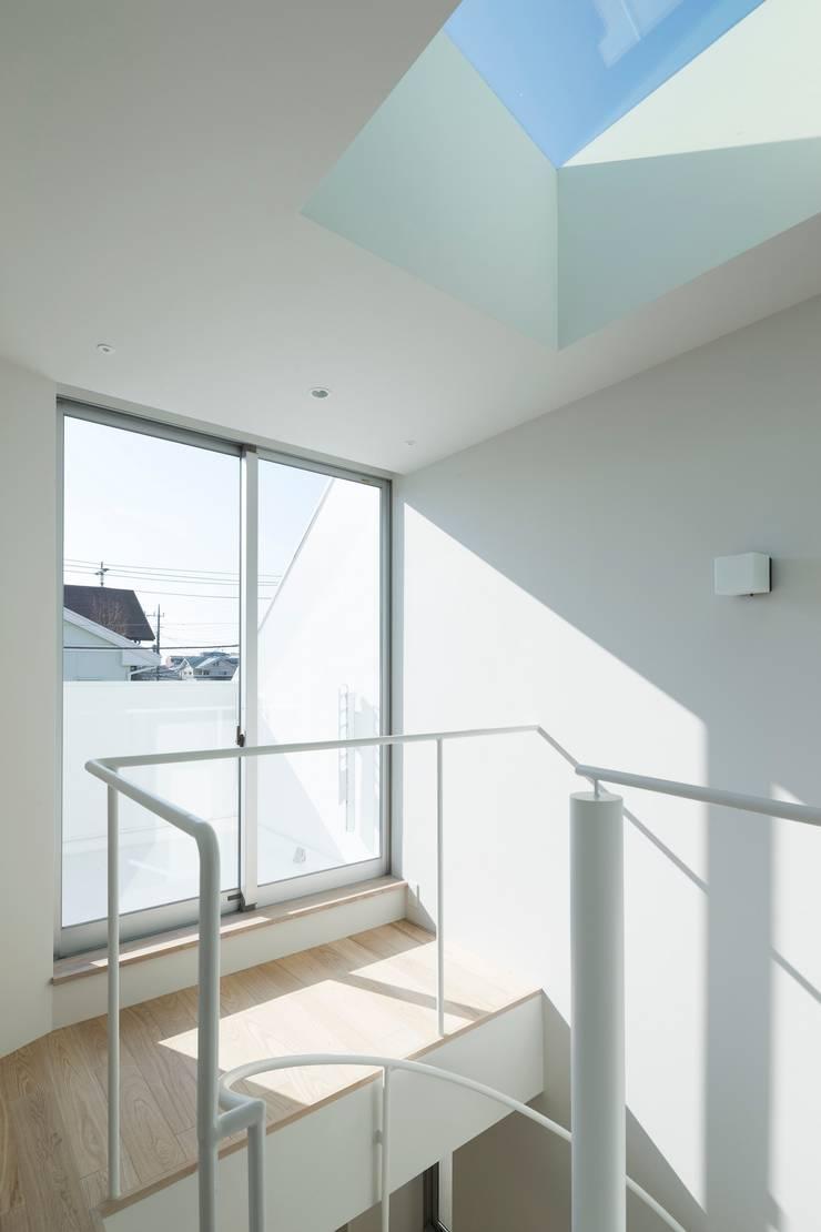sha-la 2階階段上部: e do design 一級建築士事務所が手掛けた廊下 & 玄関です。