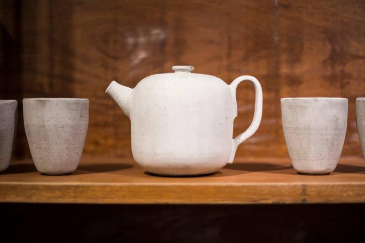 Bule de cerâmica esmaltada. Cone 8.: Cozinha  por Ateliê de Cerâmica - Flavia Soares