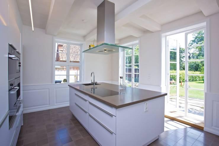 Umbau und Sanierung eines denkmalgeschützten Fachwerkhauses / Barock und Gegenwart:  Küche von Bussemas Architekten