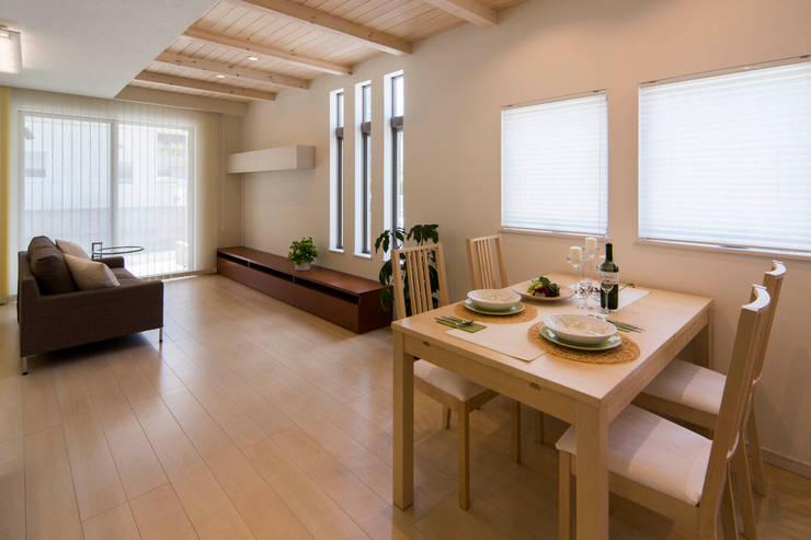 主婦の目線で設計した、コンパクトな都市型モデルハウス: エムズ アーキテクト デザイン 一級建築士事務所が手掛けたダイニングです。