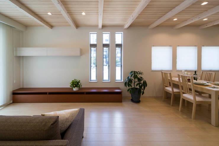 主婦の目線で設計した、コンパクトな都市型モデルハウス: エムズ アーキテクト デザイン 一級建築士事務所が手掛けたリビングです。
