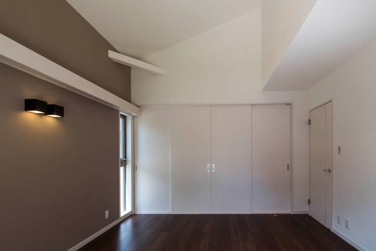 主婦の目線で設計した、コンパクトな都市型モデルハウス: エムズ アーキテクト デザイン 一級建築士事務所が手掛けた寝室です。