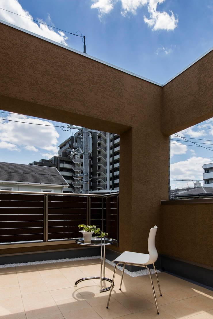 主婦の目線で設計した、コンパクトな都市型モデルハウス: エムズ アーキテクト デザイン 一級建築士事務所が手掛けたテラス・ベランダです。