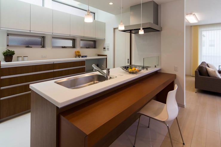 主婦の目線で設計した、コンパクトな都市型モデルハウス: エムズ アーキテクト デザイン 一級建築士事務所が手掛けたキッチンです。
