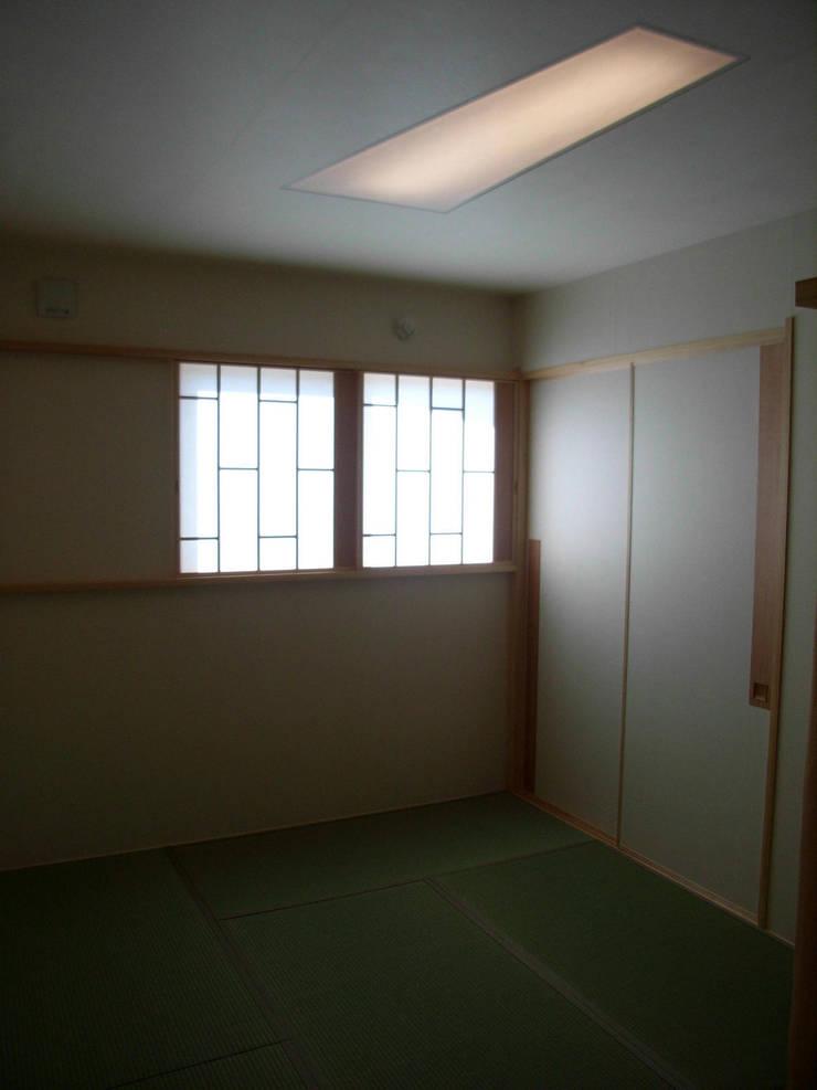 畳の部屋: 建築アトリエTSUTSUMIが手掛けた窓です。,