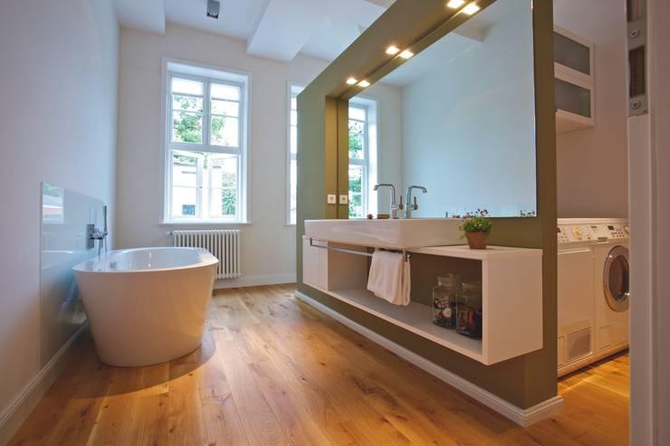 Umbau und Sanierung eines denkmalgeschützten Fachwerkhauses / Barock und Gegenwart:  Badezimmer von Bussemas Architekten