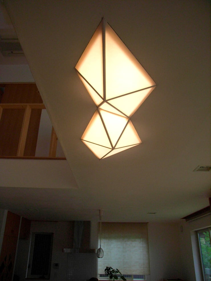 プラトン照明: 建築アトリエTSUTSUMIが手掛けたリビングルームです。,