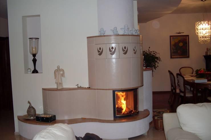 Kominek kaflowy półokrągły: styl , w kategorii Salon zaprojektowany przez Piotrowski-Kominki
