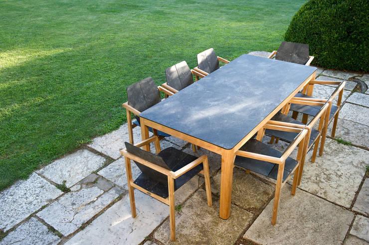 Table et fauteuils TEKURA : Jardin de style  par Les Jardins