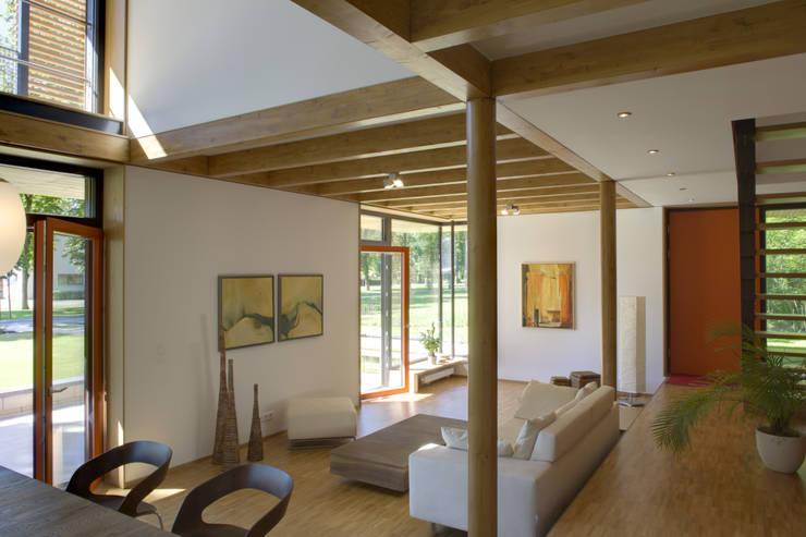 Passivhaus Villa im Park Spreti Neuenhagen bei Berlin: moderne Wohnzimmer von ArchitekturWerkstatt Vallentin GmbH