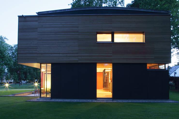 Passivhaus Villa im Park Spreti Neuenhagen bei Berlin:  Fenster von ArchitekturWerkstatt Vallentin GmbH