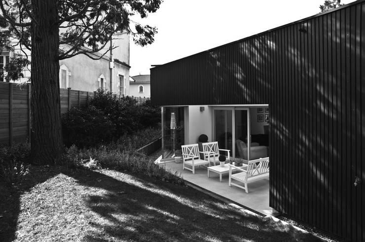 Maison individuelle à Villefranche-sur-Saône: Maisons de style  par Caroline Wach Architecture