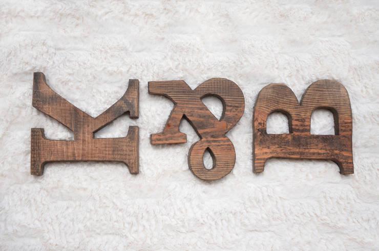 Drewniane litery i znaki D2 SIGN: styl , w kategorii Salon zaprojektowany przez D2 Studio,