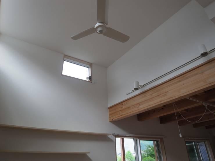 郡上の家: ジュウニミリ建築設計事務所が手掛けたリビングです。